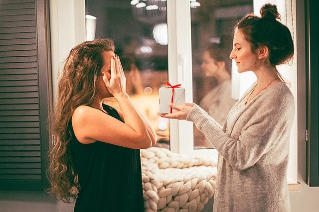 Darila za ženske so pozornosti s katerimi boste osebi predali sporočilo ljubezni in spoštovanja.